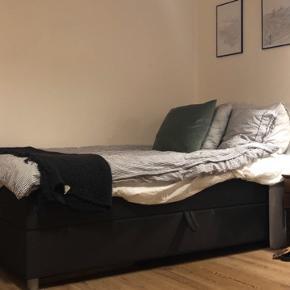 Sælger min flotte (og smarte) seng, grundet flytning. Jeg flytter ud fra min lejlighed d. 15/11, så den må gerne afhentes et sted mellem d. 10-15/11. Seneste tidspunkt for afhæntning er d. 15/12.  Den er en stor 120x900cm! Man kan sagtens sove to personer i den.   Og til det bedste: Der er stor opbevaringsplads inde i sengen - perfekt hvis man ikke har et stort skab eller lignende til opbevaring.  Der medfølger topmadras til sengen! Inkluderet i prisen.   Kan afhæntes på Trøjborg, men måske også bringes. Det kan vi finde ud af 😊👌🏼
