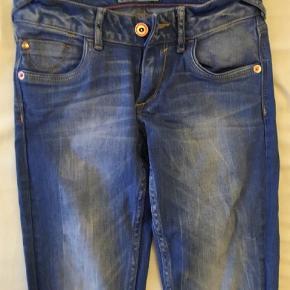 Varetype: Jeans Farve: Denim  Fede jeans i klar blå vask. Brugt ganske få gange, da købt for små. Lille størrelse 10 år.