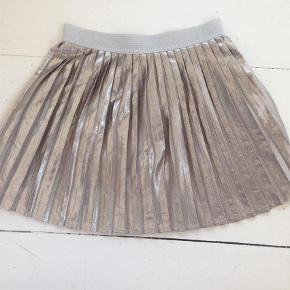 Varetype: NederdelStørrelse: 4-6 år Farve: Sølv Prisen angivet er inklusiv forsendelse.  Se også mine andre annoncer og Byd gerne:)