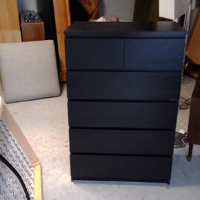 Kommode, b: 80 d: 48 h: 123 Rigtig fin kommode fra IKEA i mørkt træ. Kommoden består af 5 skuffer i alt - 3 store og 2 mindre. I god stand udover en ridse på siden af kommoden. (40.03)