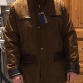 Har spritnye AC herre Ruskind jakke med vatteret foer str. L Farve: Brun med mørkebrun skind deltaljer. Har lynlås og trykknapper - 2 lommer, 2 brystlomme og 1 indvendig lomme.  Brystvidde 60x2, Længde 80 og Ærmer 65 cm.