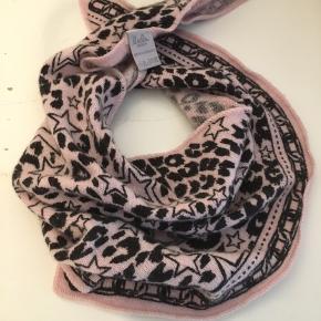 Lækkert tørklæde af 100% cashmere. Np 1100 sælges billigt da det ikke er blevet brugt.