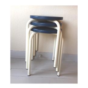 """Lækre skamler med hvide metalben og nymalede sæder i farven """"nordisk hav"""". Bruges som ekstra stol, sengebord, lampebord eller til blot at lægge benene op på. 165kr /styk.🌊🌊#skamler #stol #ekstrastol #bedsteslopper #lillelejlighed #taburet"""