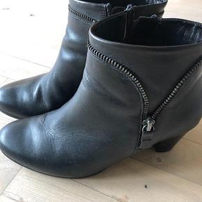 Varetype: Gabor støvler Farve: Sort Oprindelig købspris: 999 kr. Prisen angivet er inklusiv forsendelse.  Lækre støvler i str. 4. Brugt 3-4 gange.