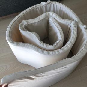 Helt hvid sengerand. Uden brugsspor. Som ny. Nyvasket i neutral sæbe. Røgfrit hjem. Nypris 650