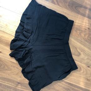 Rigtig fine shorts med flæser forneden!