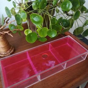 Æske med 3 rum fra Nomess. Låget er pink og æsken er af klar plast.