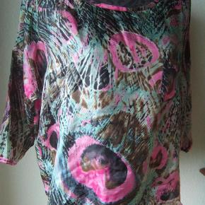 Varetype: silkebluse Størrelse: 40 + 44 Farve: printpink/grøn/brun Oprindelig købspris: 399 kr. Prisen angivet er inklusiv forsendelse.  skøn silkebluse m print, pink/grøn/brun.    100% silke. løs model. fast stof. brystomme.    ALDRIG BRUGT!!!        str 40:brystvidde 124 cm, længde 64 cm, ærmelængde 45 cm, ærmebredde 38 cm        str 44: brystvidde 132 cm, længde 65 cm, ærmelængde 46 cm, ærmebredde 40 cm        BYTTER IKKE TIL ANDRE VARER!!        OPRINDELIG PRIS 399,- SÆLGES BILLIGT TIL 150,- INCL PORTO