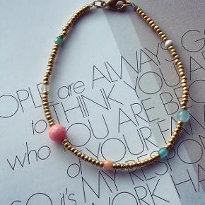 Smuk forgyldt armbånd med små halvædelstens perler.  Pris 150.-   Køb for over 400.- og jeg sender fragt frit. 💖