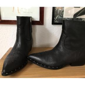 Varetype: Bikerstøvler Farve: Sort  De fedeste bikerstøvler. Købt i Gossip for 1400. Kun været på én gang.  Se også mine andre annoncer eller følg mig på Instagram @2nd_love_preowned_fashion