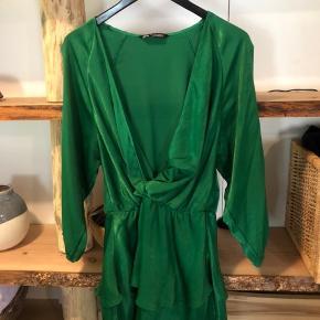 Grøn kjole fra Zara. Er str. XL men str. L kan også bruge den. Brugt en enkelt gang. Fejler intet.