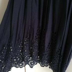 Super fin Ganni kjole i mørkeblå med indsyet underkjole. Dyb udskæring og fine detaljer på ærmer og i bunden af kjolen. Det er en xs, men jeg passer normalt en medium, så den er oversize. 100% viskose.   Den kan afhentes i Aarhus ellers sender jeg med DAO 😊