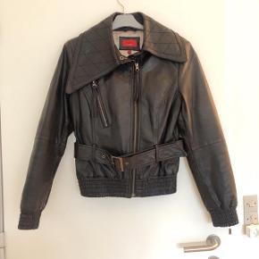 Kaos lækker kort sort læderjakke med bælte str 40