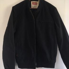 Super fed bomber jacket fra Levi's i sort i str. M. 70 % uld og 30 % nylon. Den er i rigtig god stand. Pris: 300 kr. eller andet godt bud!