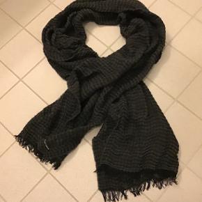 Super fint tørklæde i mørkegrå/sort fra Black Colour i acryl/modal/uld.. 80x200 cm