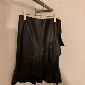 Imiteret læder nederdel. Fra ikke ryger hjem. Altid vasket med astma og allergi mærket vaskemiddel.
