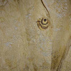 Laber vintage blazer med gulddetaljer. Brugt oversized til et par jeans 💥
