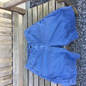 Varetype: Bermuda shorts Størrelse: 30 Farve: jeans blå Prisen angivet er inklusiv forsendelse.  flotte ubrugte bermuda shorts fra Ralph Lauren i str. 30 i jeans blå med slidt look   BYTTER IKKE