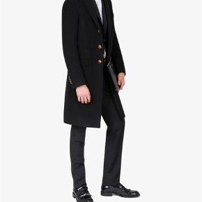 Varetype: Jakke Farve: Sort Oprindelig købspris: 11000 kr. Kvittering haves.  Helt ny og ubrugt Givenchy jakke i cashmere og uld sælges. Jakken er fra Givenchys nyeste kollektion og nypris er 10.900 DKK.   Flere billeder og mere info om jakken ses her: https://www.givenchy.com/fr/en/long-coat-with-gold-4g-buttons/BMC00V1084-001.html?cgid=COATS_M#start=1   Kvittering fra Givenchy Paris (Oktober 2018) medfølger.   Kom med et seriøst bud