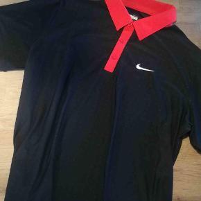 Lækker polo fra Nike - FitDry  Varetype: Polo Farve: Sort rød Oprindelig købspris: 900 kr.  Nu hvor golfsæsonen er begyndt, ligger der nu meget golf tøj iblandt mine annoncer.  Se også alle mine andre mærkevarer til både mænd og det smukke køn. Golftøj golfpolo