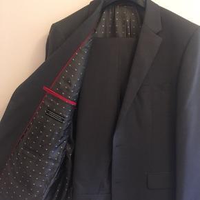 Lækkert mørkegråt jakkesæt i 100% uld, aldrig brugt.  Str 50, regular fit.