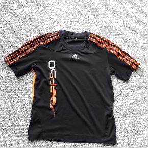 Adidas T-shirt str ca 134 Sort/orange  Næsten som ny  Fra røgfrit og dyrefrit hjem