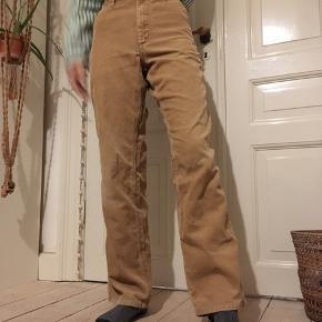 """Rigtig fede """"gyldne"""" fløljsbukser. De er for store til mig så holder dem oppe på billederne. Størrelsen er 30x32"""