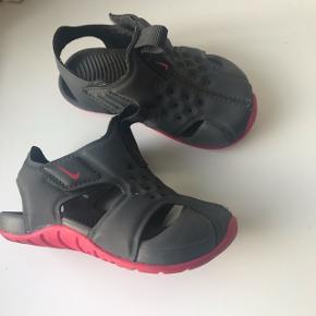 Nike sunray protect. Str 21. Grå og pink. Brugt men meget fine. Ikke slidte. Gode som badesko eller sandaler til sommer