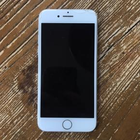 Apple iPhone 7. Den er ødelagt nogle steder, men ellers fungerer den fint. Byd