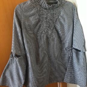 Bluse med sløjfer på ærmerne og høj hals med elastik drapering Nypris 599kr