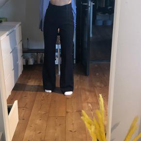 Brugt få gange, men kan ses de er vasket et par gange:)  Virkelig fine bukser - passer også en small