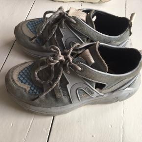 Ganni sneakers i lyseblå. Er blevet brugt over en sommer og fremstår derfor ikke som helt nye, men alligevel i fin stand.