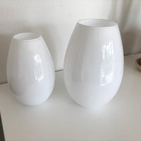 Flotte Cocoonvaser sælges da jeg har for mange vaser og derfor er nødt til at rydde lidt ud :-) De har kun været brugt få gange og ellers blot stået i et glasskab. Prisen er dem begge, men de kan også købes enkeltvis. Stor vase: 150,-kr (oprindelig pris 499,-kr) Lille vase: 100,-kr (oprindelig pris 299,-kr)  Fragt betales af køber, alternativt kan de hentes på min adresse.