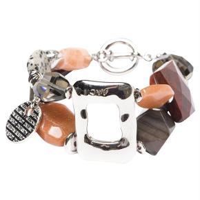 Varetype: -=NY=- SAFARI ARMBÅND Størrelse: Se tekst Farve: Brun Oprindelig købspris: 1200 kr.  A&C JEWELLERY SAFARI ARMBÅND  3054-0111  Håndlavet smykke fra norske A&C Jewellery Design Oslo.   Skønt armbånd sammensat af perler i rødlige farver. Smykket er belagt med det eksklusive ædelmetal rhodium, der giver armbåndet et blankt sølvhvidt udseende.  Armbåndet er fra A&Cs eksklusive serie Essence. Essence er en høj kvalitets serie, hvor smykkerne er belagt med ægte rhodium eller ægte guld. Smykkerne er dekoreret med kombinationer af halvædelstene, glasperler, perler og perlemor.    Længde: ca. 21cm Bredde: ca. 3,5cm  Serie: Essence Model: Safari Style: 3054-0111   Varens stand: aldrig brugt