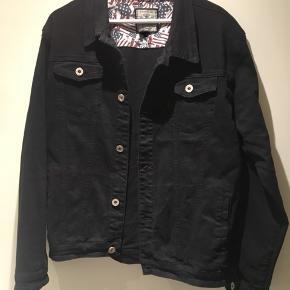 Sort denimjakke str XXL, købt for et oversize look / boyfriend jacket. Er selv en M/L ☺️ Aldrig brugt, kun prøvet på - helt ny. • nypris 500.