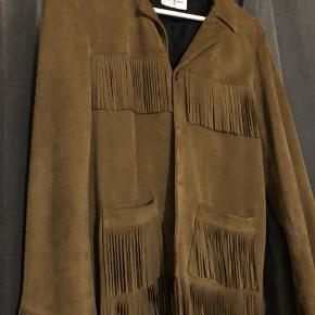 Sælger min saint Laurent Paris jakke er ikke brugt meget så den er meget velholdt;) str. 48/M 100% ægte sender meget gerne flere billeder af jakken. Mvh