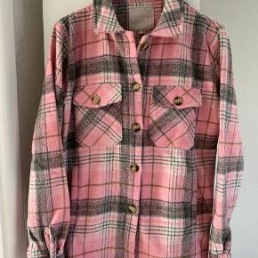Tyk skjorte/jakke/ sweater  Helt ny jakke fra den nye efterårskollektion. Købt på ferie i Norge for 14 dage siden. Fejlkøb.