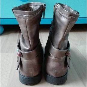 Moderne og behagelige støvler i læder-look. Optimal pasform pga. fagus-læster.  Brugt to gange, er som nye.  En sten på højre støvle mangler (det er dog ikke meget synligt).  Jeg sender gerne.