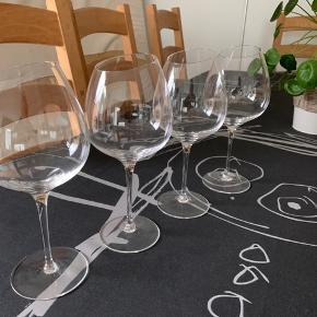 4 super flotte rødvinsglas, Bourgogne, med anderledes skrå kant 👌  De er næsten ikke brugt og sælges kun fordi vi har fået andre, som vi benytter oftere.  Så de står bare og samler støv, hvilket er en skam.