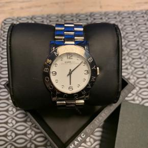Flot ur fra M A R C by Marc Jacobs. Fejler ikke noget og for præcist. Original æske og ekstra led til remmen medfølger.  Bytter ikke.