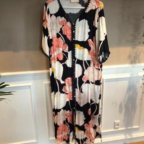 Smuk kjole/kimono i multifarvet print med jacquardvævet mønster. Kan både bruges lukket som kjole (dog med underkjole under) eller åbentstående som kimono.  Kjolen er størrelsessvarende.  Mindstepris 300,- pp.  BYTTER IKKE!