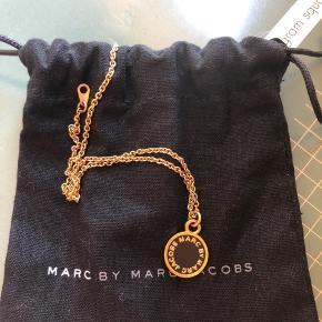 Sort og guld Marc by Marc Jacobs halskæde med oprindelige pose til. Aldrig brugt