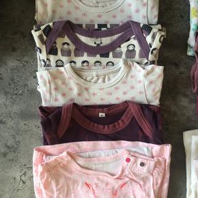 Pige-pakke fra str. 56-74 med 10 dele (kort- og langærmet). Alt er i fin stand uden huller eller pletter.  - 1 bluse str. 56 (Pippi, hvid, helt ny) - 1 t-shirt str. 67 (Petit Bateau, lyserød) - 1 body str. 50 (name it, rosa) - 1 body str. 62 (name it, lilla) - 1 body str. 62 (name it, blomstret) - 1 body str. 62 (Tumble 'n Dry, pink) - 1 body str. 68 (name it, blomster) - 1 body str. 68 (Urban Elk, mørkelilla) - 1 body str. 74 (name it, blomster) - 1 body str. 74 (Urban Elk, lyslilla)