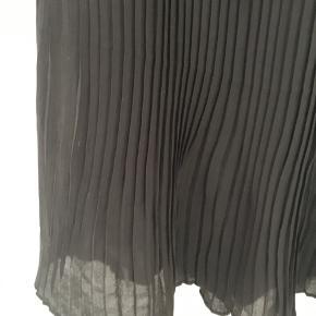 Sort plisse nederdel :-)
