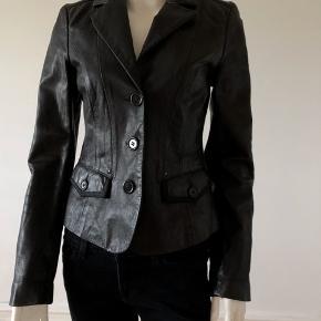Så flot læder jakke fra Armani jeans. Brugt en gang. Er som ny og dufter stadigvæk af ny læder. Byttes ikke.
