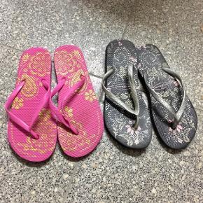 Slippers i sort og pink med mønster. Str. 38/39. Aldrig brugt - 35 kr. Pr. Stk. 👠