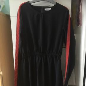 Næsten som ny mørkeblå kjole med røde stribe på ærmerne i siden . Prisen er inkl.porto hvis den ska sendes.  Henter man den er prisen 75kr,