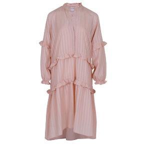 Smuk neo noir kjole i str M Underkjolen hører til. Vasket en gang Bytter ikke!