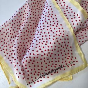 Brugt få gange. Vaskeanvisning klippet ud, da det var langt. Rigtig fint til at binde rundt om en taske.