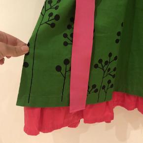 Brand: Ecouture By Lund Varetype: Lækker unik kjole  Farve: Grøn,Pink Oprindelig købspris: 1599 kr.  Brugt til to fester. Helt som ny